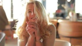 Dosyć seksownej kobiety uśmiechnięty portret, kierowniczy opierać na rękach, patrzeje ja zbiory wideo