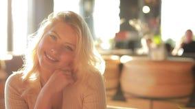 Dosyć seksownej kobiety uśmiechnięty portret w cukiernianym patrzejący ja w zwolnionym tempie, atrakcyjna piękna dama zbiory