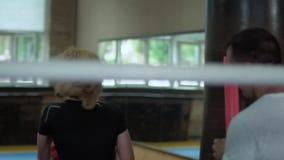 Dosyć silna kobieta opracowywał ciosy z punchbag w gym zbiory wideo