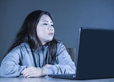 Dosyć smutny Azjatycki Koreański studencki kobiety studiowanie z laptopem w stresie dla egzaminu uczucia zanudzającego i udaremni fotografia royalty free