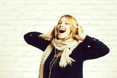 Dosyć szczęśliwa dziewczyna z słuchawki zdjęcie royalty free