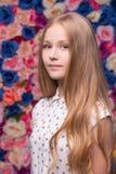 Dosyć teenaged blondynka portret na kwiat ścianie obrazy royalty free