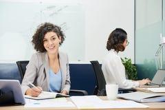 Dosyć uśmiechać się biznesowej damy zdjęcia stock