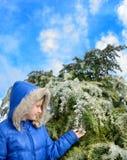 Dosyć uśmiechać się dziewczyny cieszy się pięknego zima dzień Fotografia Royalty Free