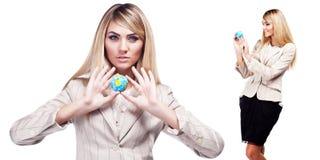 Dosyć uśmiechać się kobiety trzyma światową kulę ziemską. Biznesowa kobieta Obrazy Royalty Free