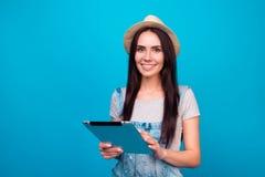Dosyć uśmiechać się kobiety w cajgów kombinezonach i lata mienia kapeluszowych di Obraz Stock