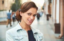 Dosyć uśmiechać się kobiety w mieście Outdoors portret obraz stock