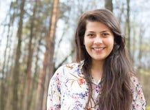 Dosyć uśmiechać się młodej damy w drewnach Zdjęcie Royalty Free
