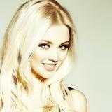 Dosyć uśmiechać się platyny blondynki dziewczyny obraz stock