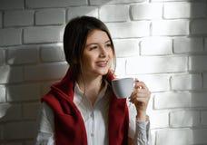 Dosyć uśmiechać się ucznia pije kawę w ranku fotografia royalty free