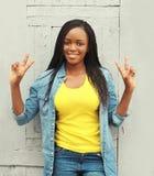 Dosyć uśmiechający się afrykańskiej kobiety ma zabawę w mieście Obrazy Royalty Free
