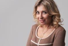 Dosyć uśmiechający się dziewczyny z uczciwym włosy, ubierającym niezobowiązująco zdjęcia stock