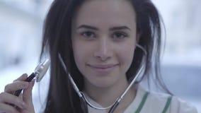 Dosyć uśmiechający się kobiety doktorską twarz zamkniętą w górę Młoda kobieta z długą brunetką włosianą patrzejący in camera trzy zdjęcie wideo