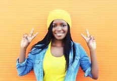 Dosyć uśmiechający się młodej afrykańskiej kobiety ma zabawę Obraz Royalty Free