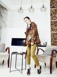 Dosy? elegancka kobieta w mody sukni z lamparta drukiem w luksusu domu wn?trzu, styl ?ycia poj?cia ludzie zdjęcia stock