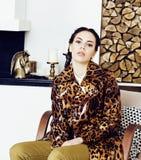 Dosy? elegancka kobieta w mody sukni z lamparta drukiem w luksusu domu wn?trzu, styl ?ycia poj?cia ludzie zdjęcia royalty free