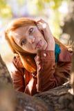 Dosyć śmieszący rudzielec dziewczyny robi śmiesznej twarzy i pokazuje jęzor Zdjęcie Stock