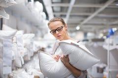 Dosyć, młoda kobieta wybiera prawą poduszkę Fotografia Royalty Free