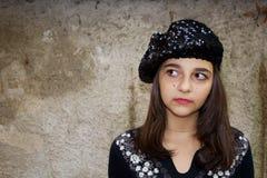 Dosyć nastoletnia dziewczyna w berecie obrazy stock