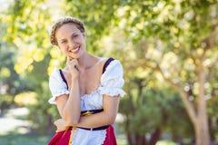 Dosyć oktoberfest blondynka ono uśmiecha się w parku Zdjęcia Stock