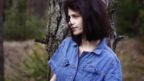 Dosyć osamotniony dziewczyna las Zdjęcia Stock