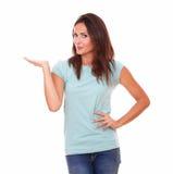 Dosyć pojedyncza kobieta trzyma ona up prawa palma Obrazy Royalty Free