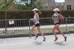 Dot McMahan EUA e Ester Atkins EUA competem na maratona de Boston que vem no 13a e no 14a o 17 de abril de 2017 Fotografia de Stock Royalty Free