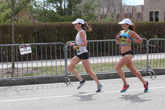 Dot McMahan USA och Ester Atkins USA springer i den Boston maraton som kommer i 13th och 14th på April 17, 2017 Royaltyfri Fotografi