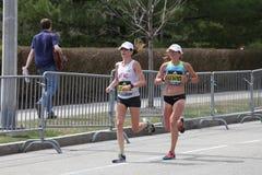 Dot McMahan USA och Ester Atkins USA springer i den Boston maraton som kommer i 13th och 14th på April 17, 2017 Royaltyfria Foton