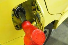 Doti il servizio d'un polverizzatore della miscela benzina-alcol del combustibile dentro all'automobile alla stazione di servizio immagine stock libera da diritti