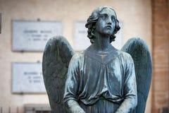 Dotknięty anioła klęczenie na grobowu obraca jego spojrzenie s zdjęcie stock