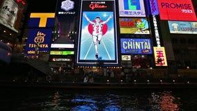 Dotonboridistrict met de beroemde Glico-mens bij nacht, Osaka, Japan stock footage