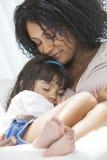 Dotter för moder för afrikansk amerikankvinnabarn Royaltyfri Foto