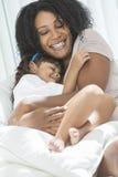 Dotter för moder för afrikansk amerikankvinnabarn Arkivfoton