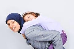 dotter henne leka kvinnabarn för muslim arkivbild