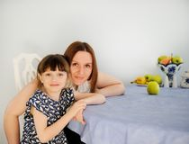 dotter henne litet moderbarn för kök fotografering för bildbyråer