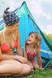 dotter henne near sittande tent för moder Fotografering för Bildbyråer