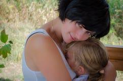 dotter henne som kramar modern Royaltyfri Bild