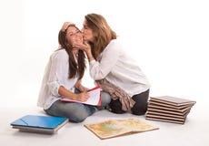 dotter henne teen kyssande moder Fotografering för Bildbyråer