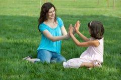 dotter henne utvändigt leka för mom Royaltyfria Foton
