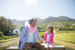 Dotter och fader i den felika dräkten som påverkar varandra med de Royaltyfria Foton