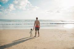 Dotter och fader som har gyckel på stranden Royaltyfria Bilder