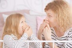 Dotter- och mammabeläggningmunnar royaltyfri bild