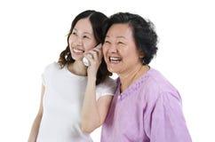 Dotter och moder som kallar på telefonen Royaltyfri Foto