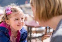 Dotter och moder som talar i en restaurang royaltyfri foto