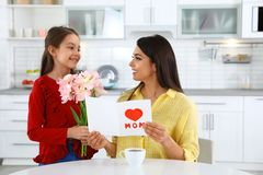 Dotter som gratulerar hennes mamma lycklig moder s för dag arkivbild
