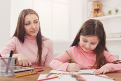 dotter som hjälper henne läxamoder royaltyfria foton