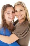 dotter som kramar moderståendestudion arkivbild