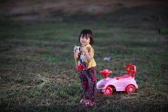 Dotter som lär fotografi Fotografering för Bildbyråer