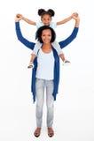 dotter som på ryggen ger lycklig ritt för moder Arkivbild